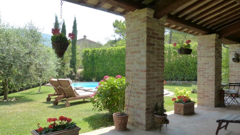 Una villa in pietra color lavanda a Roma